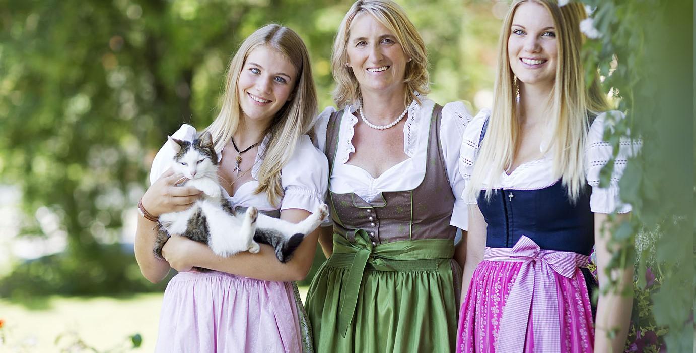 Alexandra, Brigitte, Magdalena und Hotel-Katze Bizi